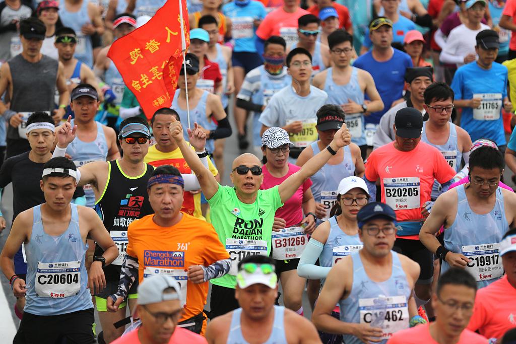 Lanzhou marathon runners competing on 1500 meter-high altitude