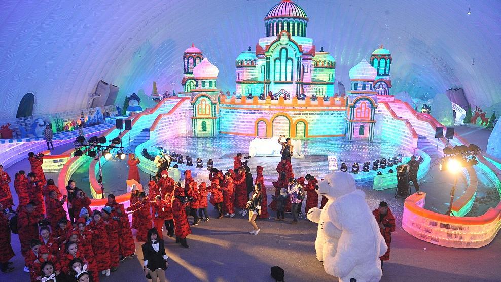 Harbin theme park creates winter wonderland in the summer