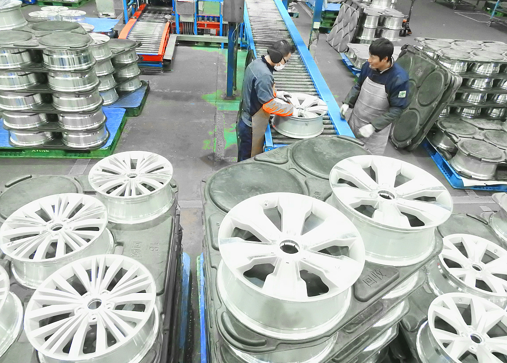 China's manufacturing PMI edges down