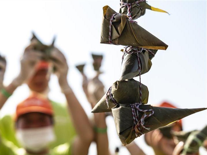 People make zongzi to greet upcoming Duanwu festival
