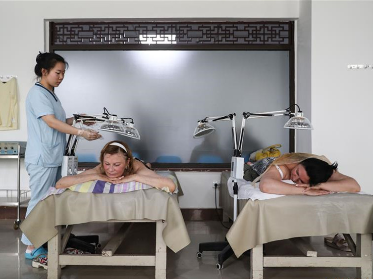 Hospital featuring TCM therapy attracts many Russian patients in NE China