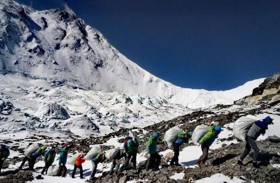 Mt Qomolangma mired in 'chaos', stricter regulations required