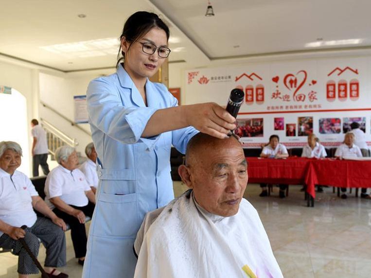 Pic story: nursing home owner in Xingtai helps elderly people enjoy twilight years