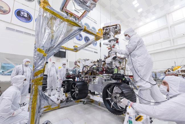 NASA engineers install wheels on Mars 2020 rover