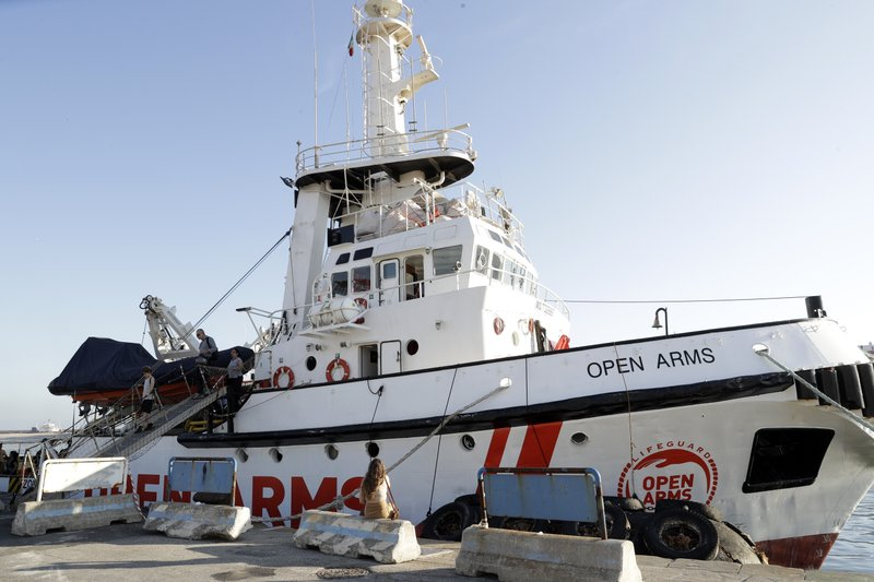 UN agencies urge Italy to let migrants get off rescue boat