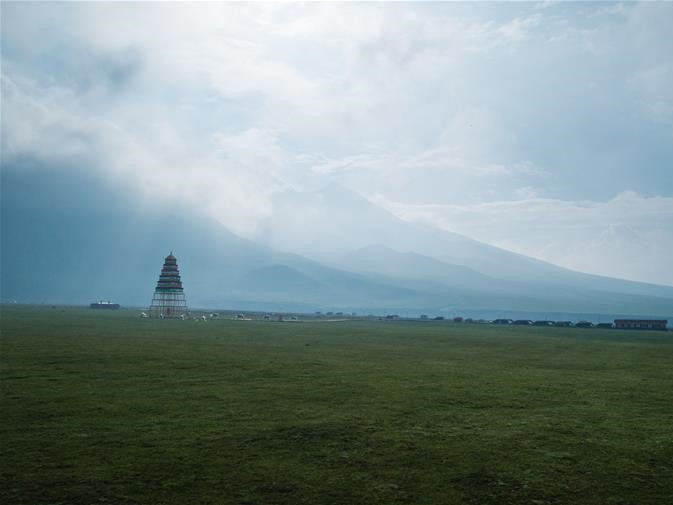 Plateau climate attracts tourists to visit ranches during summer time in Qinghai