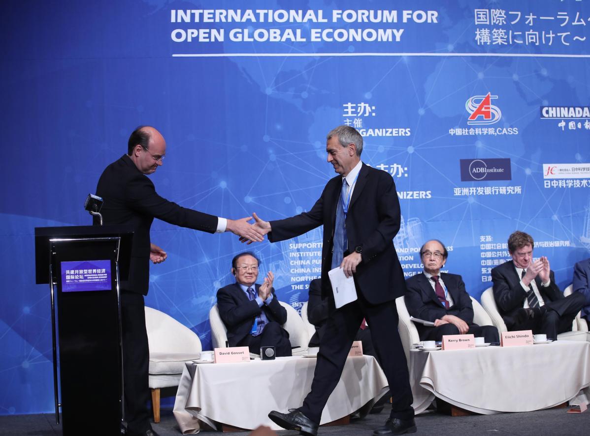Forum stresses building open global economy
