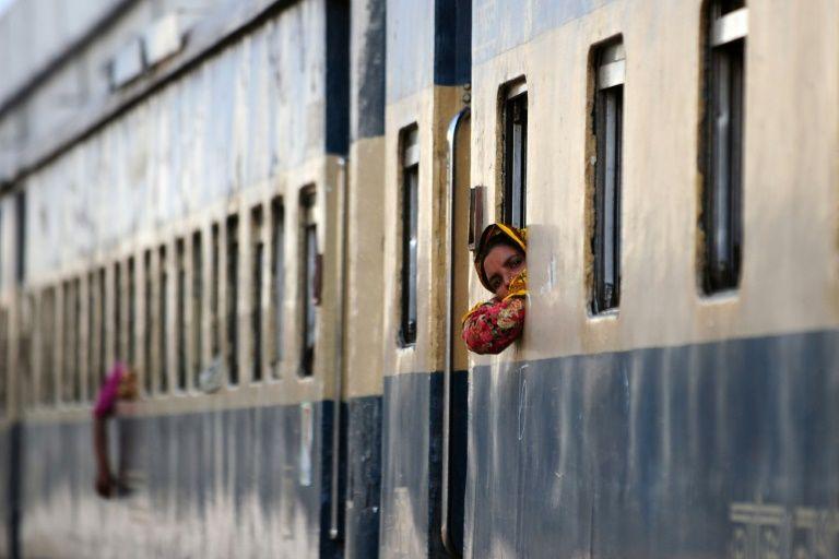 535 'phone walkers' killed by Dhaka trains