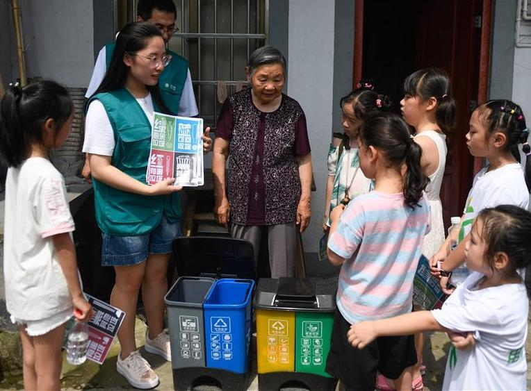 Volunteers share knowledge of garbage sorting with locals at Jianling Village in E China