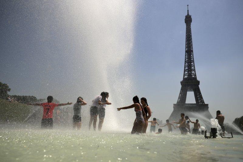 Paris bans old diesel cars as heatwave worsens pollution