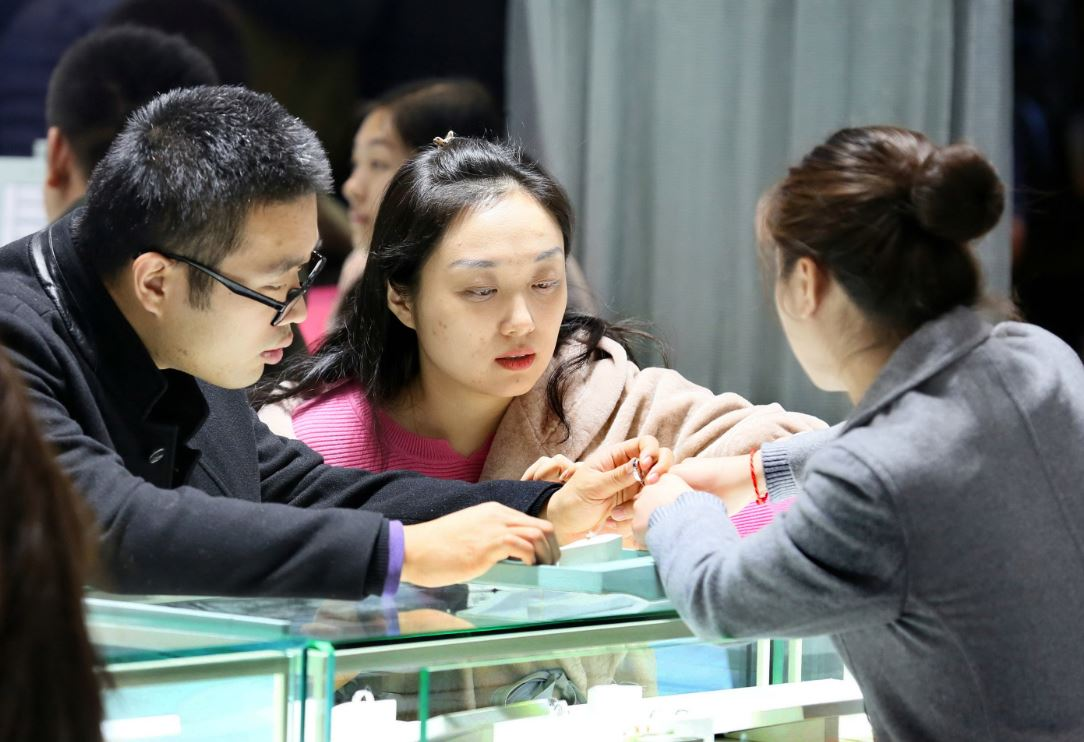 Consumers take a shine to diamond jewelry