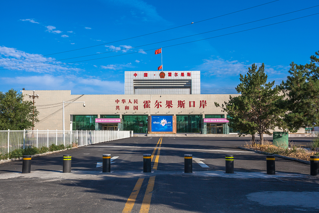 Xinjiang land port sees surging tourism revenue