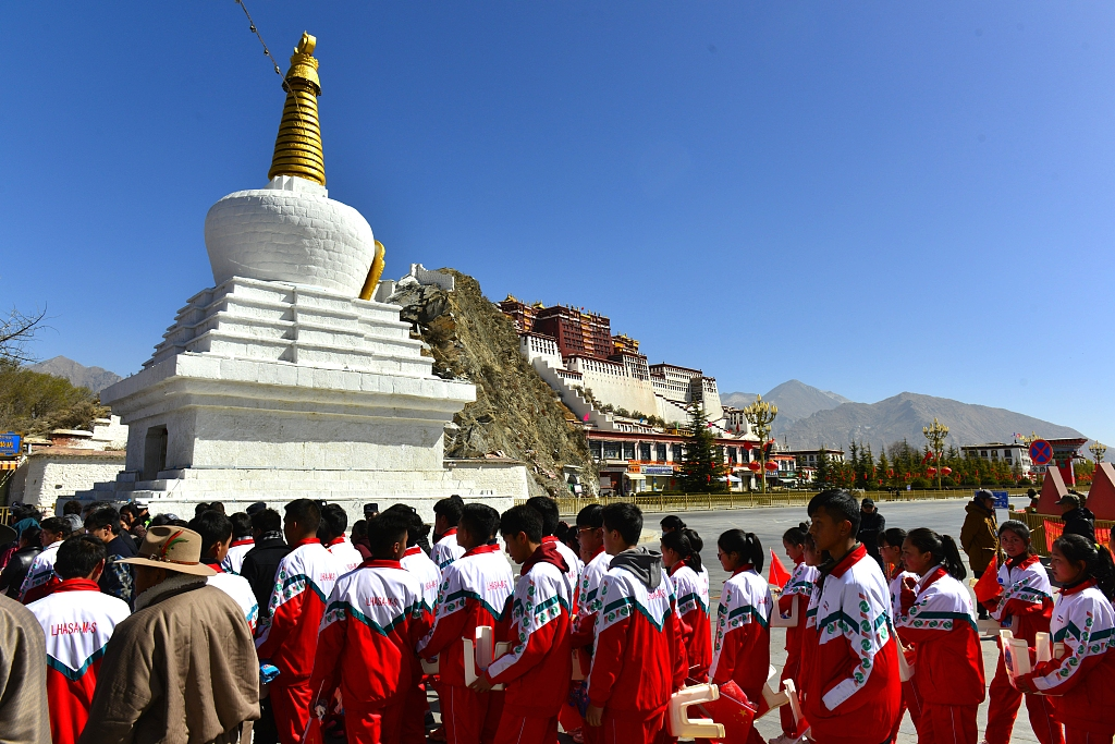 Lhasa raises money to aid students with financial difficulties