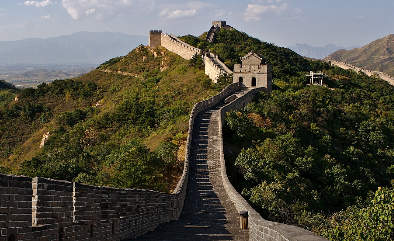Workers use traditional methods to restore damaged Great Wall