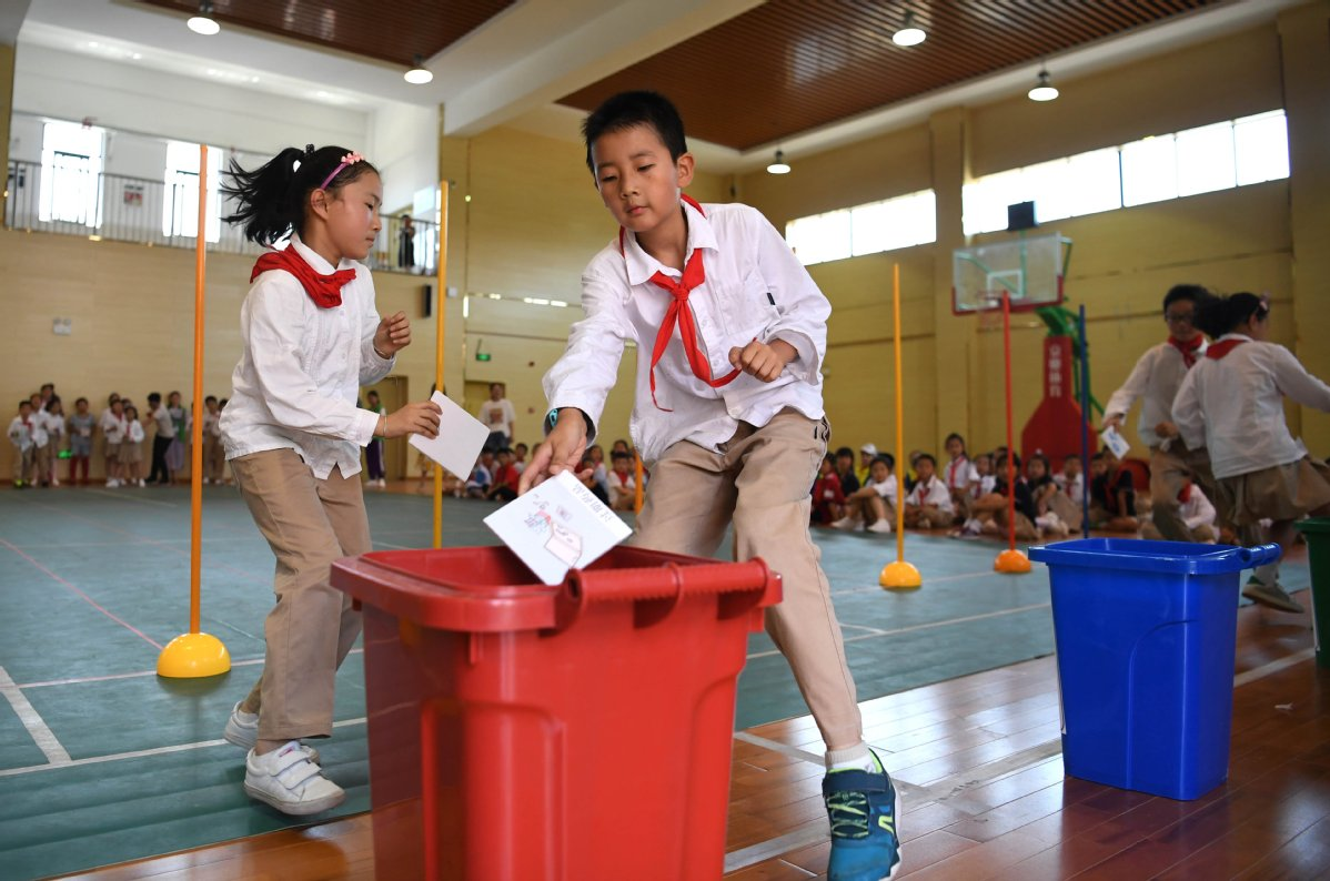 Garbage-sorting games used to win over Shanghai's younger generation