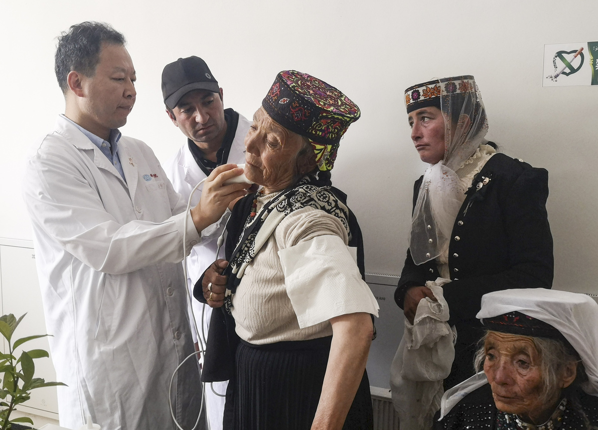 Volunteers lend a helping hand to Xinjiang patients