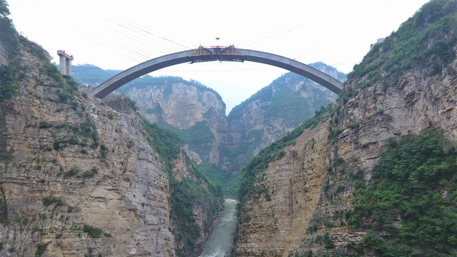 SW China completes bridge's main arch