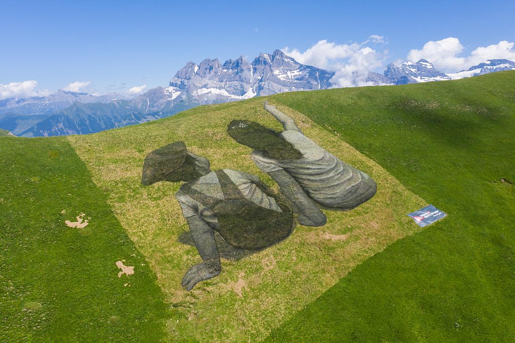 "A ""Land Art"" fresco attracts visitors"